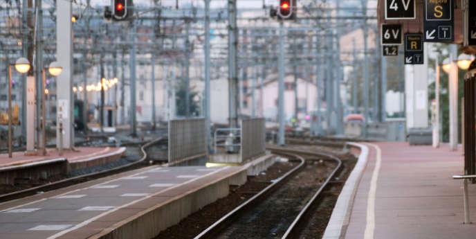 Le projet de loi de réforme du système ferroviaire, qui sera débattu au Parlement au mieux début 2014, doit entrer en application à partir du 1er janvier 2015.