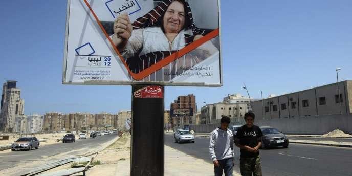 Panneau à Tripoli incitant les Libyens à s'inscrire sur les listes électorales.