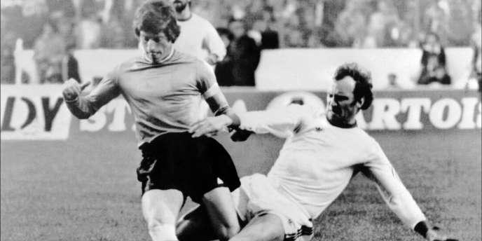 Franz Roth face à Jean-Michel Larqué lors de la finale de la Coupe d'Europe des clubs champions Saint-Etienne – Bayern de Munich , en 1976 à Glasgow.