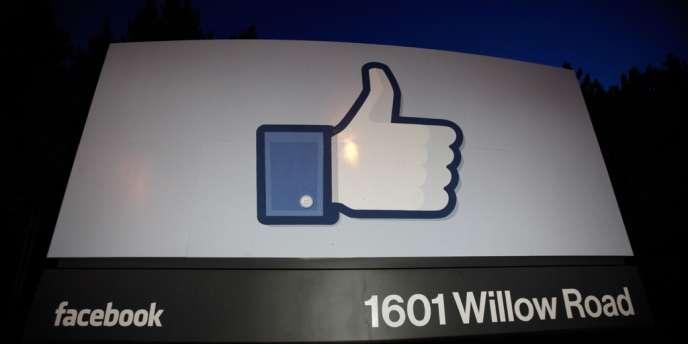Un signe «like» devant l'entrée du quartier général de Facebook ,à Menlo Park, en Californie.