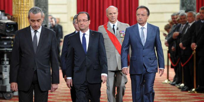 François Hollande lors de la passation de pouvoirs à l'Elysée accompagné à sa gauche de Jean-Pierre Bel, le président du Sénat, le 15 mai.