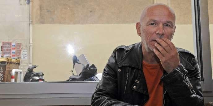 Le cofondateur de l'organisation armée d'extrême gauche Action directe, Jean-Marc Rouillan, quelques heures après sa libération, dans un café de Marseille.