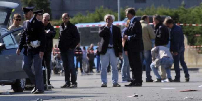 Des policiers italiens sur les lieux de l'explosion devant le lycée Francesca Morvillo Falcone à Brindisi, en Italie, le 19 mai.
