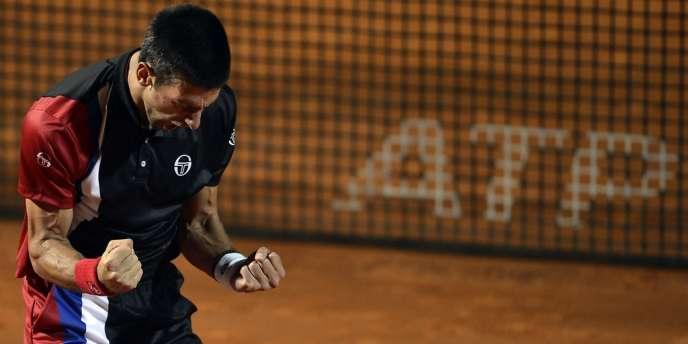 Novak Djokovic exulte après sa victoire face à Roger Federer au Masters de Rome, le 19 mai.