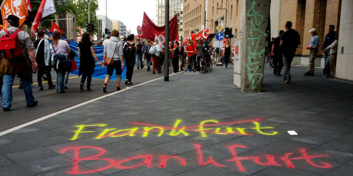 Dans le cortège de la manifestation anti-capitaliste à Francfort, samedi 19 mai.