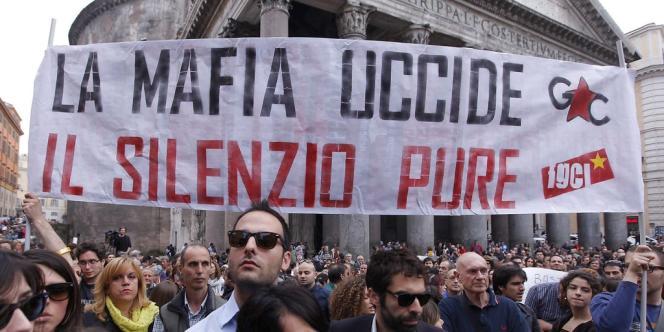 Des centaines de personnes réunies devant le Panthéon, à Rome, en Italie.