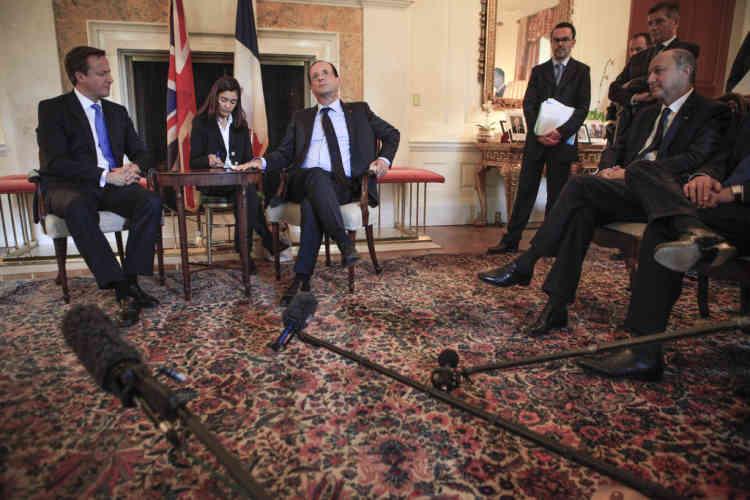 François Hollande rencontre le Premier Ministre anglais en présence de Laurent Fabius, ministre des Affaires Etrangères à l'ambassade de Grande Bretagne de Washington DC, vendredi 18 mai