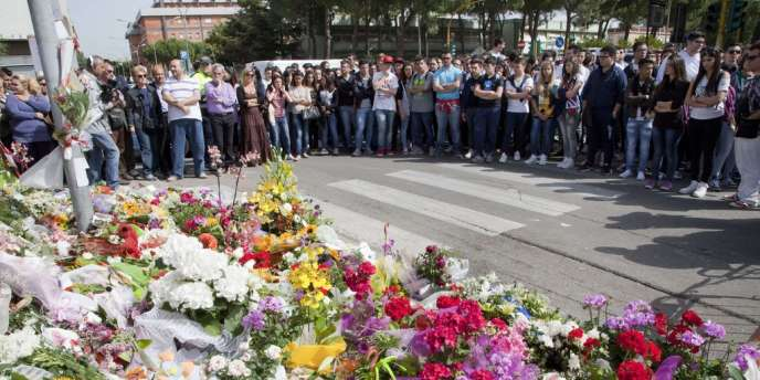 Camarades, parents et voisins continuent de déposer couronnes de fleurs et messages en souvenir de Melissa Bassi.