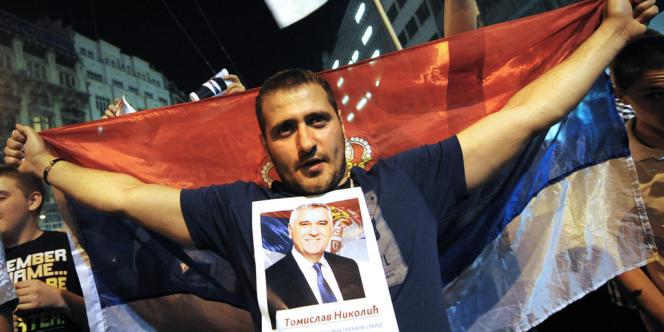 Le 20 mai, à Belgrade, un partisan du candidat nationaliste Tomislav Nikolic, vainqueur de l'élection présidentielle.
