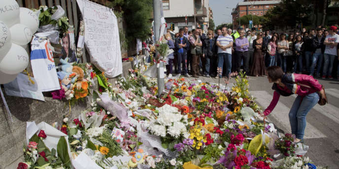 Devant le lycée où a eu lieu l'attentat, avant l'enterrement de la victime, à Brindisi, le 21 mai.