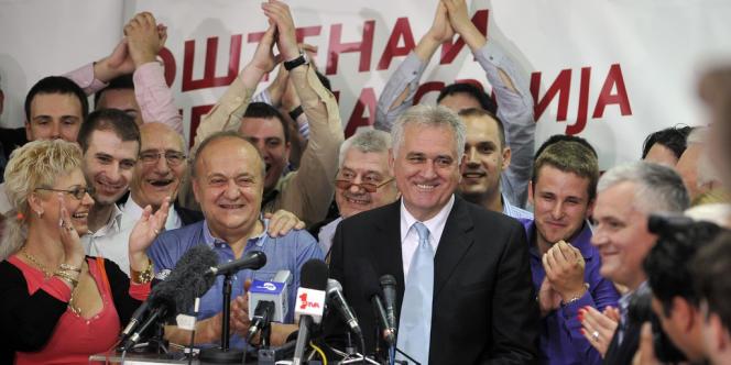 Tomislav Nikolic entouré de ses partisans fête son élection à la tête du pays, le 20 mai.