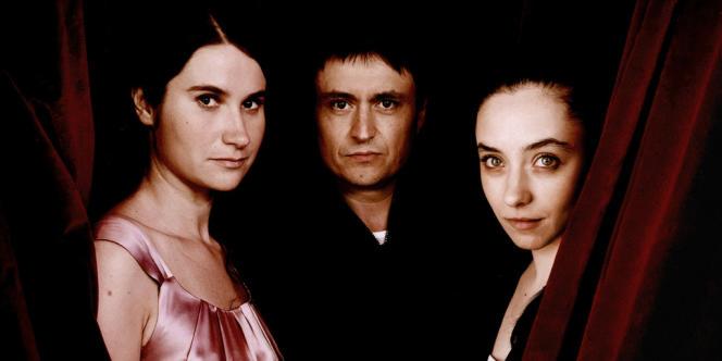 Cristian Mungiu entouré de ses deux actrices, Cristina Flutur et Cosmina Stratan, qui interprètent deux amies d'enfance.