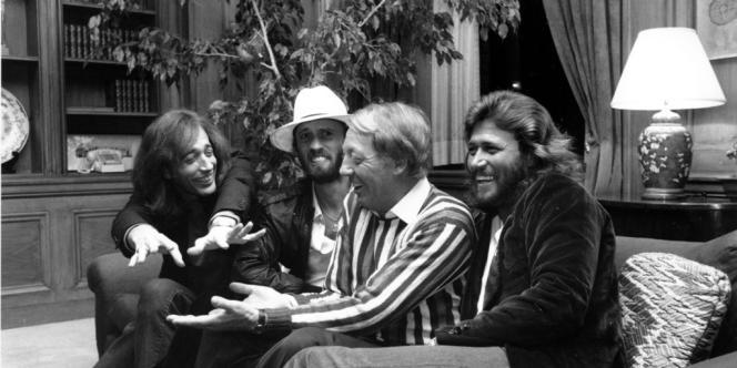 Robin, Maurice et Barry Gibb, trio fraternel des Bee Gees, ont atteint des sommets dans le monde de la musique pop des années 70 (ici avec Robert Stigwood en mai 1981).