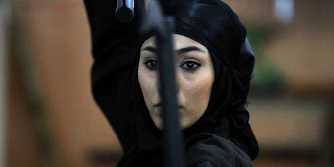 Une Iranienne pratiquant le Ninjutsu près de Téhéran le 15 mars 2012.
