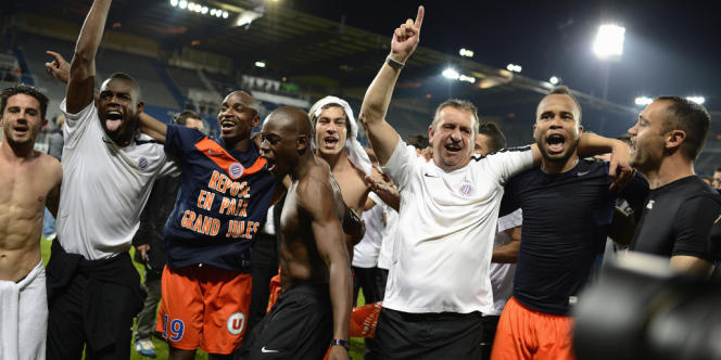 Les joueurs de Montpellier célèbrent leur titre de champion de France sur la pelouse de l'Abbée-Deschamps, le 20 mai à Auxerre.