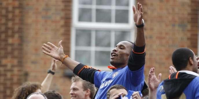 Didier Drogba porté en triomphe par ses coéquipiers après avoir remporté la Ligue des champions, à Londres, le 20mai2012.