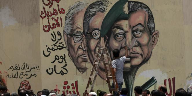 Au Caire, un graffiti représentant l'ex-président Hosni Moubarak et le militaire Hussein Tantawi, avec deux candidats à l'élection présidentielle, Amr Moussi et Ahmed Chafiq (tout à gauche).