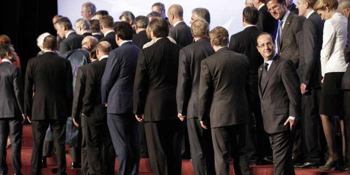 Francois Hollande, président de la République francaise participe a la photo de famille des chefs d'état après la réunion sur l'Afghanistan au conseil de l'OTAN a Chicago, dimanche 20 mai 2012.