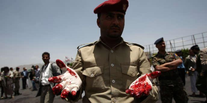 Un policier yémenité sur la place Sabiine à Sanaa, le 22 mai 2012.
