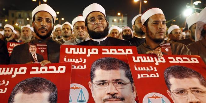 Des centaines d'imams écoutent le discours candidat Mohammed Morsi, en mai 2012, au Caire.