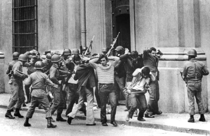 Des employés de la présidence de Salvador Allende arrêtés par l'armée lors du coup d'Etat du 11 septembre 1973, à Santiago du Chili.