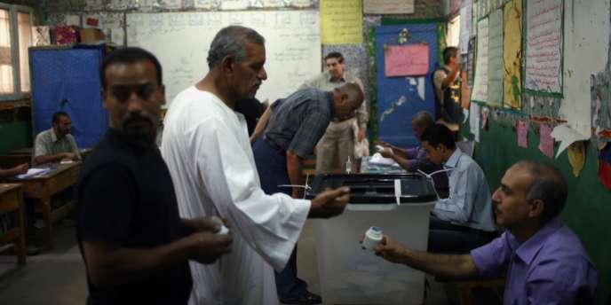 Un bureau de vote au Caire, mercredi.