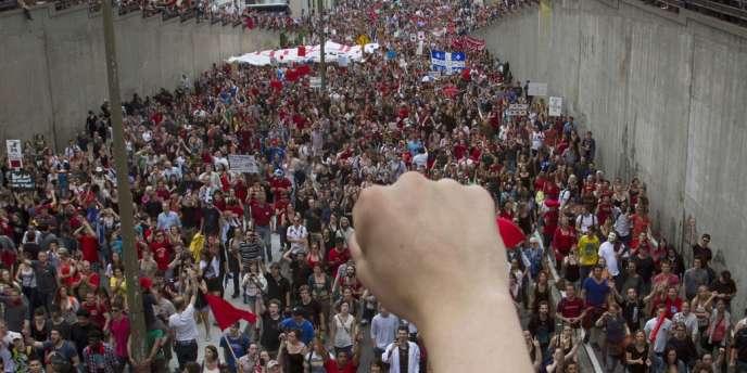 Le 22 mai, plusieurs dizaines de milliers de personnes défilent dans les rues de Montréal.