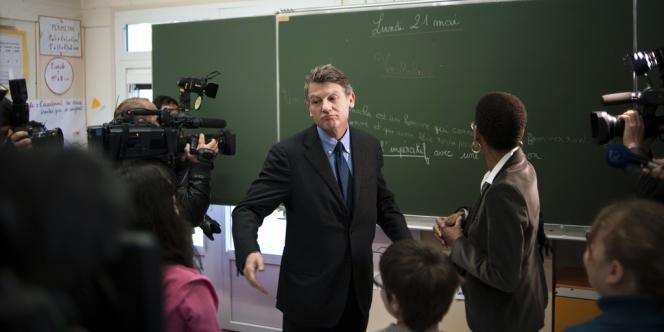 Le ministre de l'éducation nationale, Vincent Peillon, en visite dans une école primaire, le 21 mai.
