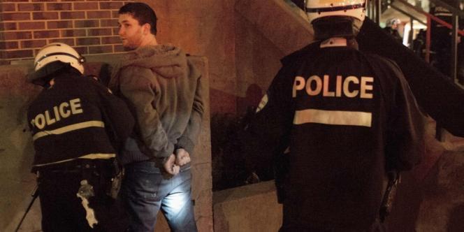 Un manifestant arrêté par la police, dans la nuit de mardi à mercredi. Depuis le début de la grève les étudiants ont organisé 29 manifestations nocturnes pour protester contre la hausse des frais d'inscription à l'université.