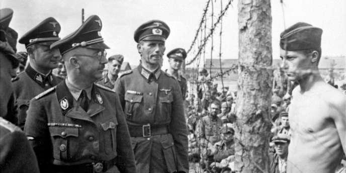 Heinrich Himmler (avec les lunettes) inspectant un camp de concentration en Pologne.
