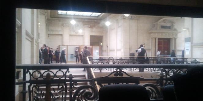 Vue depuis la salle réservée aux témoins dans le palais de justice de Paris et pourvue d'une vitre sans tain.