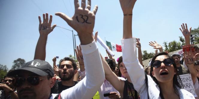 Manifestation devant l'entrée de la chaîne Televisiva, à Mexico, le 18 mai, à l'appel du mouvement