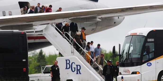 Les passagers du vol US Airways débarquent à Bangor, le 22 mai 2012.