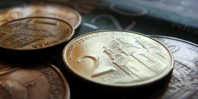 Les salaires - payés souvent avec trois ou quatre mois de retard - sont versés en dinars serbes (monnaie officielle du pays hors Kosovo) non indexés sur l'euro.