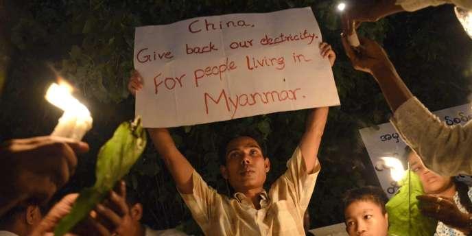 Ils étaient 1 500, lundi 21 mai, à manifester dans la ville de Mandalay, reprochant notamment au gouvernement de vendre l'électricité à la Chine au détriment de la population.