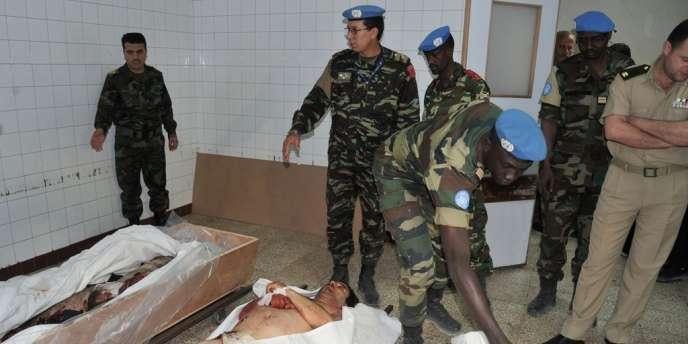 Des inspecteurs de l'ONU dans la morgue d'un hôpital militaire de Damas, le 23 mai 2012.