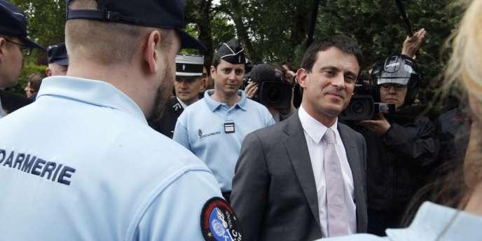 Le ministre de l'intérieur, Manuel Valls, à la gendarmerie de Mormant (Seine-et-Marne), le jour de sa prise de fonctions.