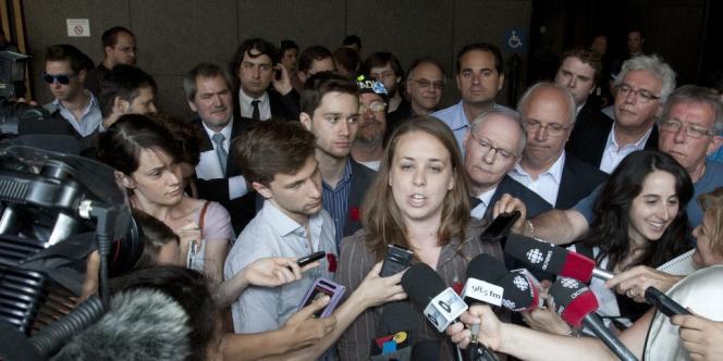 Au centre, Martine Desjardins à l'extérieur du palais de justice de Montréal, après le dépôt le 25 mai 2012 de deux motions contestant la loi 78.
