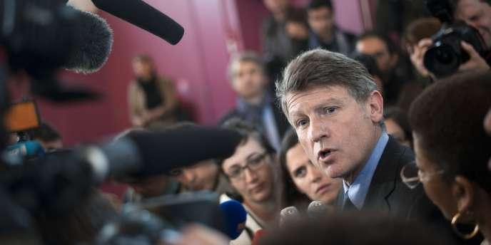 Vincent Peillon, le ministre de l'éducation nationale, en visite dans une école à Brie-Comte-Robert, le 21 mai 2012 répond aux questions des journalistes.