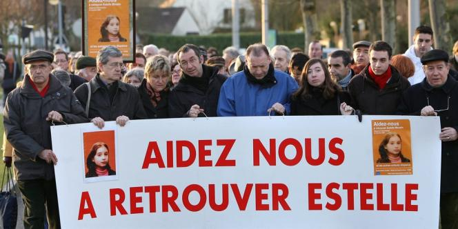 Les proches d'Estelle Mouzin (dont son père, Eric, 4e à gauche) lors d'une marche à Guermantes en 2008 pour marquer les cinq ans de sa disparition.