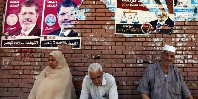 Des affiches de campagne de Mohammed Morsi, le candidat du Parti de la liberté et de la justice, façade politique des Frères musulmans.
