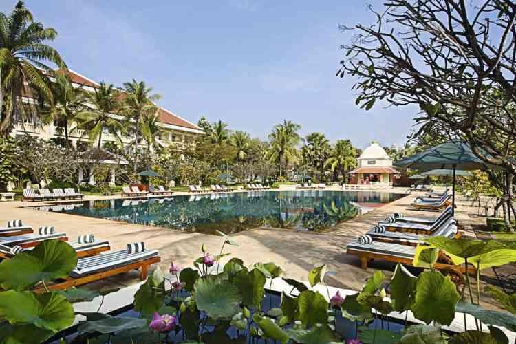 Une nuit 5-étoiles au Raffles. Palace construit en 1932 par un architecte français, le Raffles Grand Hotel d'Angkor mélange Art déco et style khmer dans  la plus pure tradition coloniale. Modernisé en 2007, c'est l'un des premiers établissements de luxe à s'être installé au Cambodge avant la guerre civile et la dictature des Khmers rouges. André Malraux  et Jackie Kennedy comptèrent parmi sa prestigieuse clientèle.