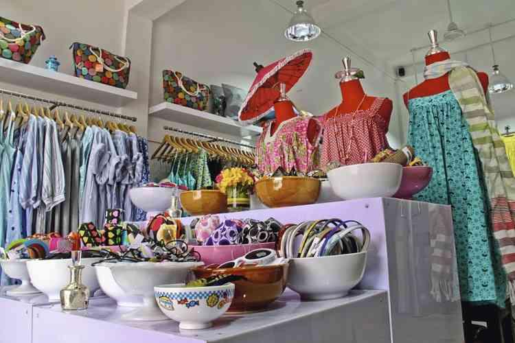 La vie en couleurs  chez Wanderlust . L'ex-éditrice de mode américaine Elizabeth Kiester, installée au Cambodge depuis 2008, a lancé sa marque de vêtements, Wanderlust (Soif de voyages). Elle présente dans sa petite boutique immaculée ses créations aux couleurs explosives, fabriquées  à la main par des femmes de la région.