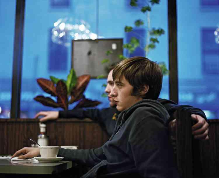 """Gary et Jeremy, Brooklyn, 2005.""""C'est l'une des premières photos que j'ai prises pour ma série de portraits, commente Molly Landreth. J'étais encore à l'université et Jeremy était mon colocataire. J'aime l'intensité de leur regard et la similitude de leur posture, comme s'ils étaient le miroir l'un de l'autre."""""""