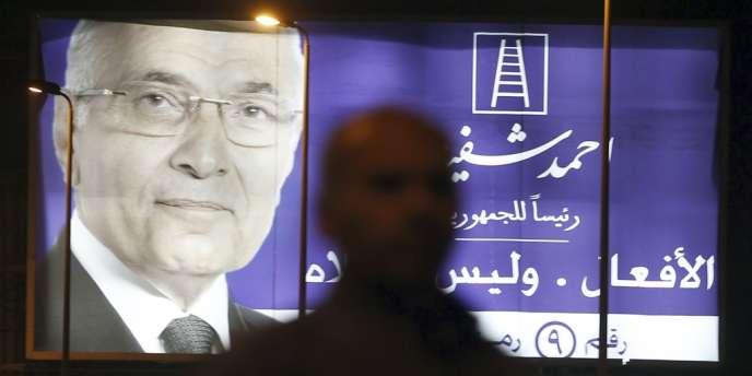 Le premier ministre Ahmad Chafiq avait dû quitter ses fonctions sous la pression de la rue en mars 2011, peu après la démission de Hosni Moubarak.