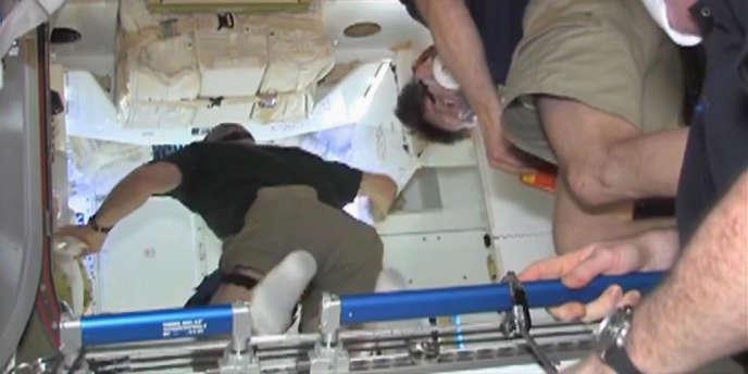 Deux astronautes de la station spatiale internationale sont entrés samedi dans la capsule Dragon, envoyée par la société SpaceX, partenaire privé de la NASA.