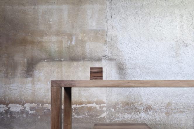 L'architecte Jean Nouvel présente sa collection de meubles et objets en bois en avant-première aux Designer's Days. Table, 7 800 euros,  coffre-assise, 1 400 euros,  et boîte, à partir  de 95 euros. Le tout  en noyer.