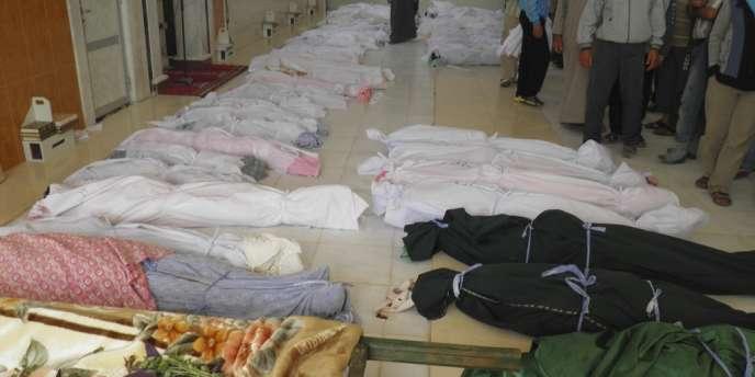 Des corps de manifestants anti-Assad tués lors de bombardements des forces gouvernementales à Houla, dans le centre du pays.