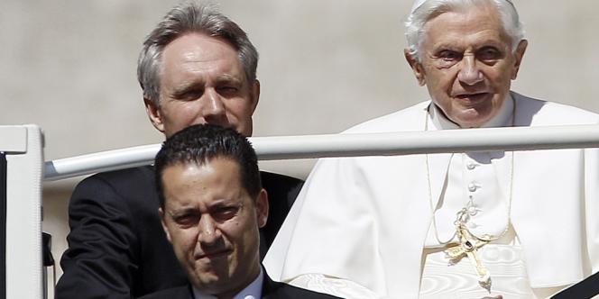 Paolo Gabriele (en bas à gauche) est soupçonné d'être l'un des auteurs présumés de fuites de documents confidentiels publiés dans un livre-enquête.