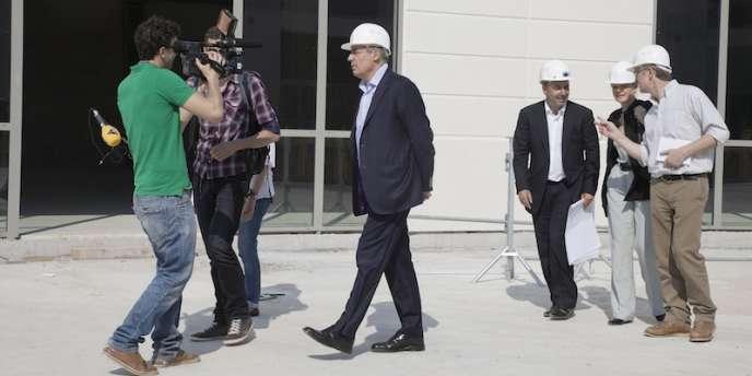 Jeudi 24mai, Henri Guaino lors de la visite du chantier du centre commercial Alpha Park aux Clayes-sous-Bois (Yvelines).